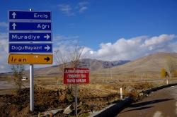 Die vermeintliche Route in den Iran. Im Nachhinein erfahre ich, dass auf dem roten Schild die Straßensperrung vermerkt ist. Wer Türkisch kann, ist klar im Vorteil -- Warum nicht einfach ein Kreuz auf die Schilder machen?