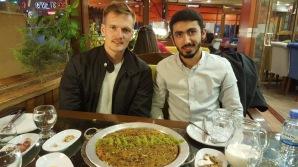 Nach dem Abendessen in Gaziantep. Als mein Gastgeber von meinem vergangenen Geburtstag erfährt, bestellen er und seine Freunde eine Nachspeise mit Kerzen und meinem Namen drauf
