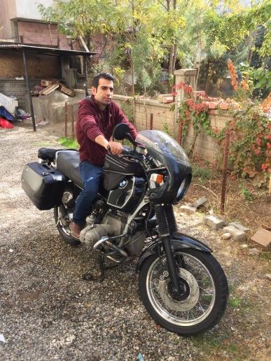 Mein Gastgeber Mehmet, stolz wie Oskar auf der frisch gewaschenen BMW