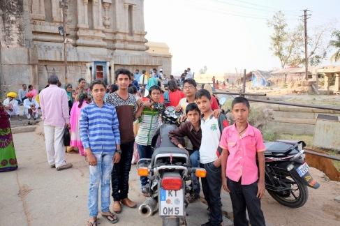 Vor dem Sri-Virupaksha-Tempel. Die Jungs waren überrascht, als ich zu meinem Motorrad zruück komme. Daran, dass einer auf dem Motorrad sitzt oder die Hebel verstellt sind, muss man sich gewöhnen