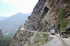 Die Straße ist an Stellen in den Steilhang geschnitten